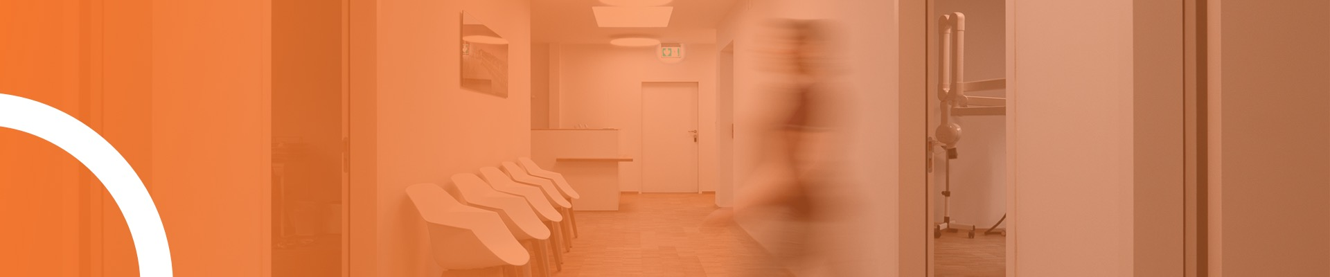 Person läuft durch das Wartezimmer in der Zahanrztpraxis am Ring
